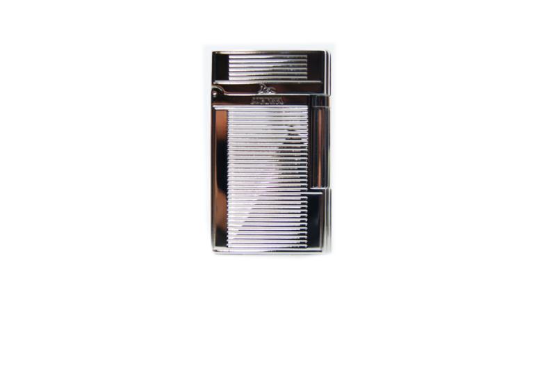 """Lubinsky silver greek lighter. Da oltre quarantanni, la Lubinsky, capitanata dal Mario Lubinsky fornisce e offre il meglio ai fumatori italiani. Quarant'anni passati sulle strade e nelle Tabaccherie italiane. Quarant'anni a cercare il meglio che il fumatore può desiderare. Dopo tutto questo tempo la lubinsky ha deciso di raccontarsi e di offire una serie di accendini dalla meccanica top e dalla costruzione eccezionale. Lubinsky silver greek lighter. Questo accendino è costruito sulla falsa riga di Dupont. Aprendolo ha il suo suono, quel magnifico """"ding"""". Calibrato per essere perfetto per il fumatore di pipa, ha la classica valvola inclinata. Realizzato in metallo placcato argento. Il sistema di accensione con la pietrina assicura un perfetto funzionamento per moltissimo tempo. Questo tipo di accendini sono virtualmente indistruttibili, e se trattati bene sono capolavori della teconologia. Sicuramente un oggetto costruito come quelli di una volta. in questa versione con fantasia a linee orizzontali"""